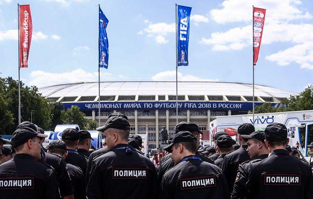 Polizisten vor dem Fußballstadion in