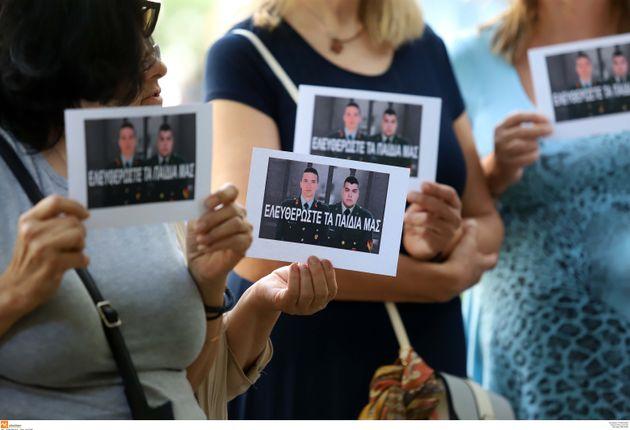 H κίνηση «Ελληνίδες Μάνες» σε παράσταση διαμαρτυρίας στο Τουρκικό Προξενείο της Θεσσαλονίκης για τους...