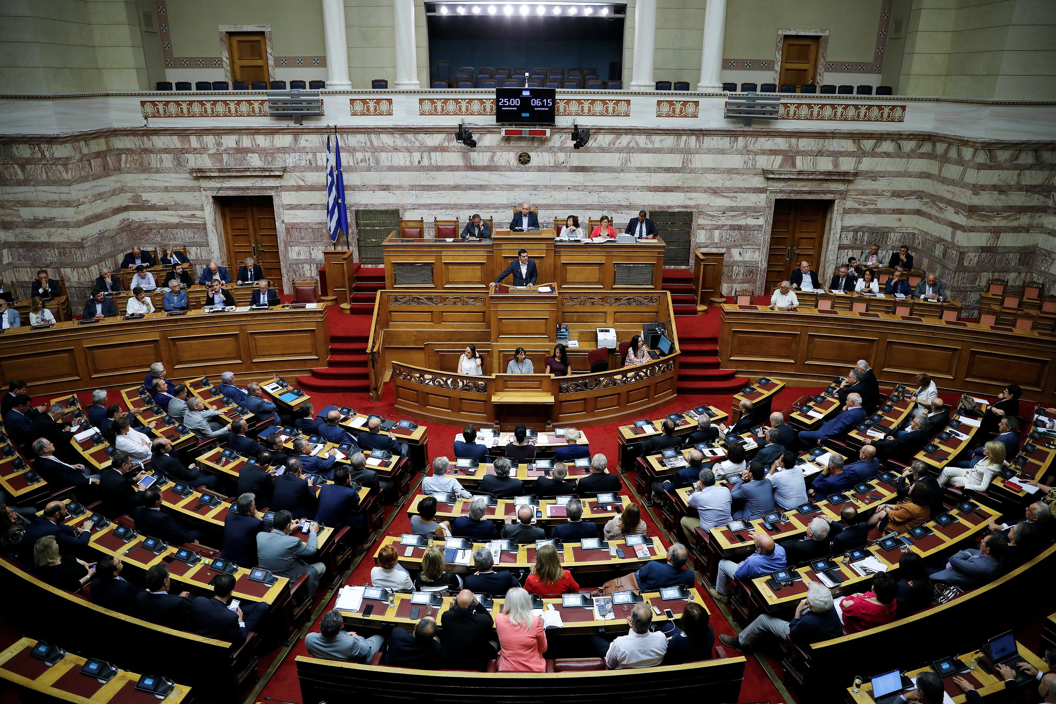 Στη Ολομέλεια συζητείται το νομοσχέδιο για την αδήλωτη εργασία. Αντιπαράθεση κυβέρνησης με αντιπολίτευση και για τις