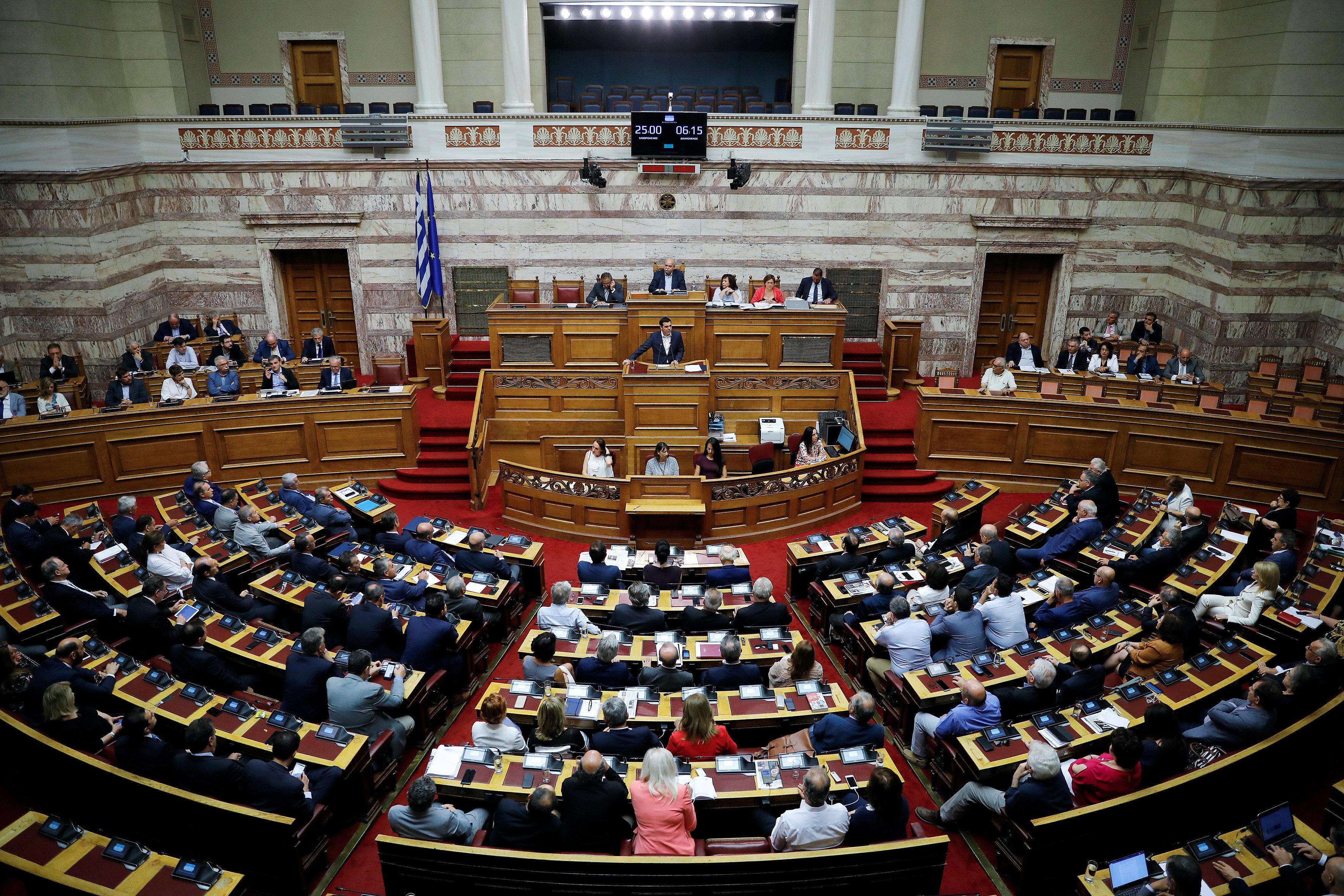 Στη Ολομέλεια συζητείται το νομοσχέδιο για την αδήλωτη εργασία. Αντιπαράθεση κυβέρνησης με αντιπολίτευση...