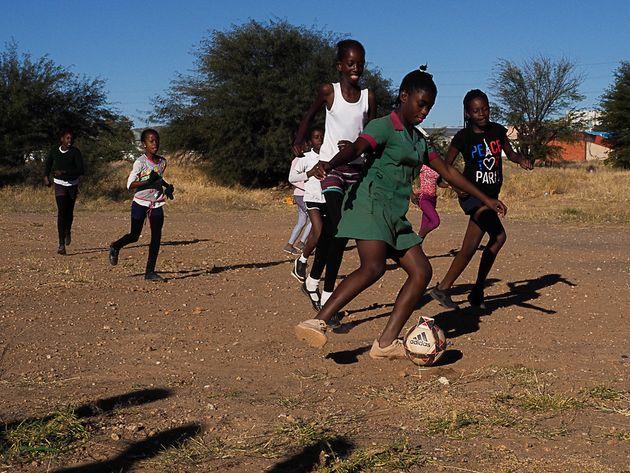 Mädchen spielen Fußball, Katutura,