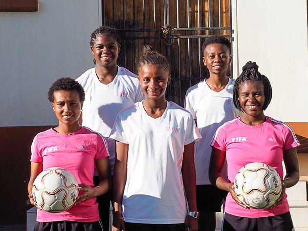Anna-Marie Shikuso (hinten links) mit Teamkolleginnen der Namibischen