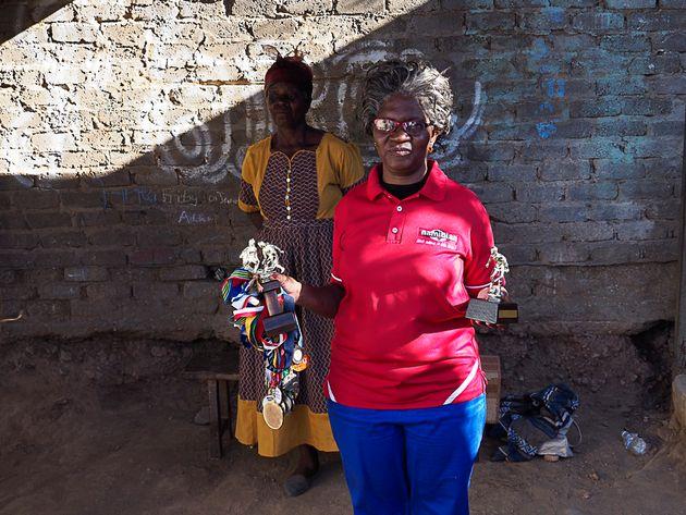 Mutter Albertine Eises zeigt stolz Medaillen der Tochter