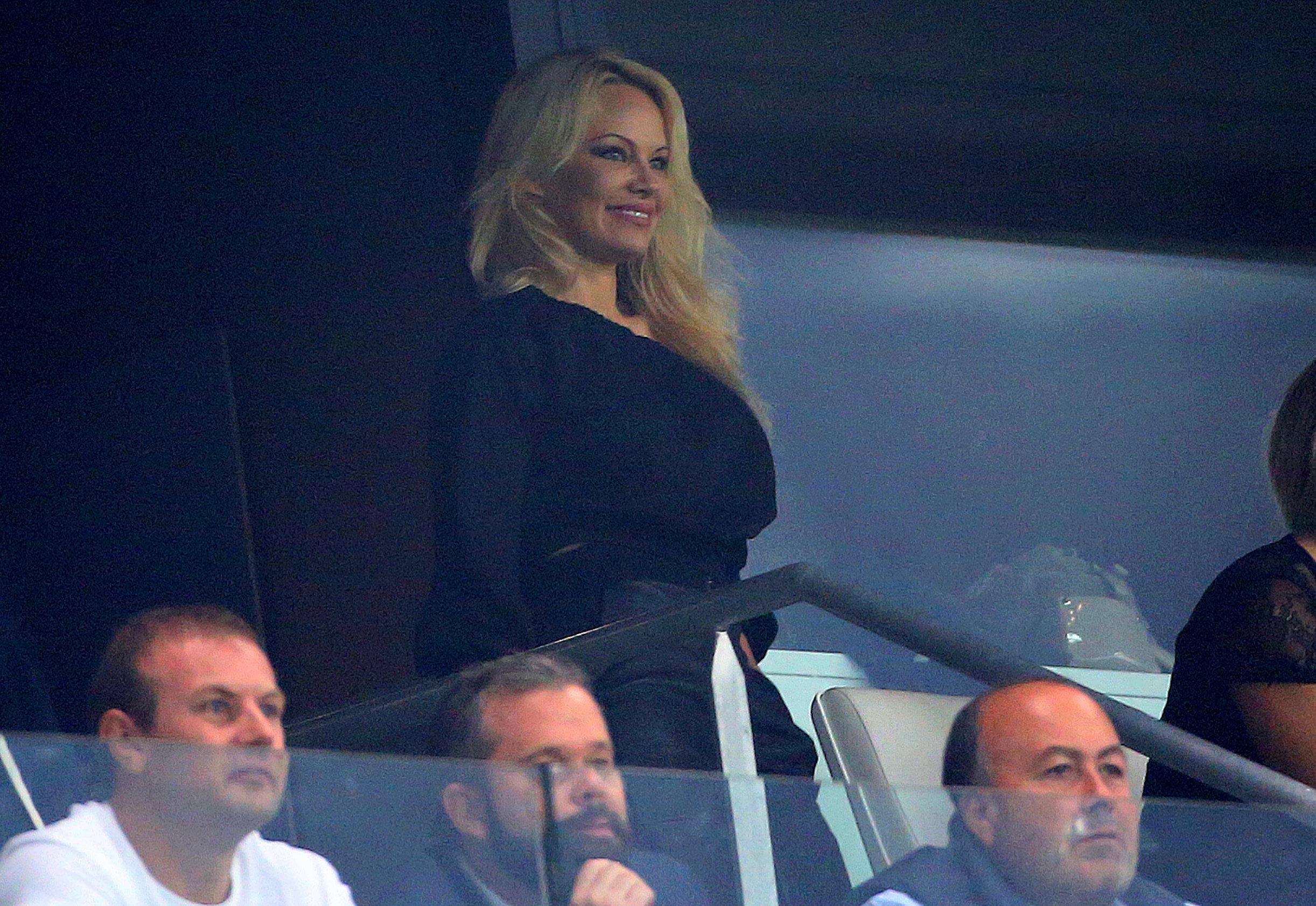 Pamela Anderson en tribune lors du match Marseille-Toulouse pour soutenir Adil Rami, son compagnon et...
