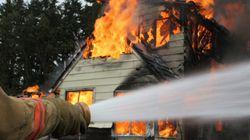 Haus eines Paares brennt ab – in den Trümmern überrascht der Mann seine Frau mit einer rührenden