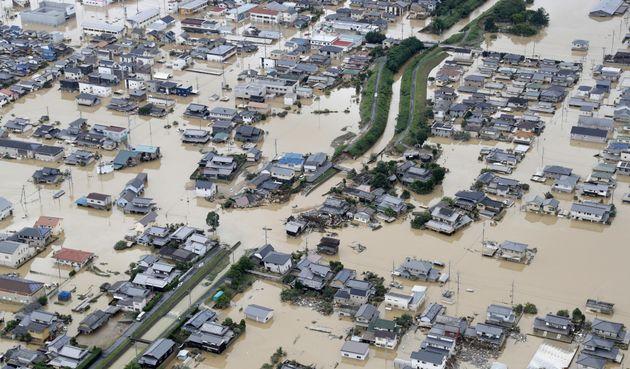 7월 8일 항공 사진으로 포착한 오카야마현 구라시키 시의 모습. 가옥들이 폭우로 물에