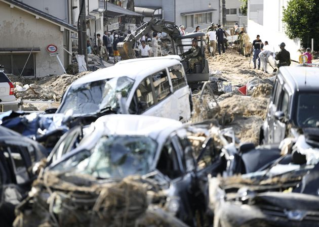 폭우로 인한 잔해물이 거리를 점령한 히로시마현 히로시마시 아키구의 상황. 7월