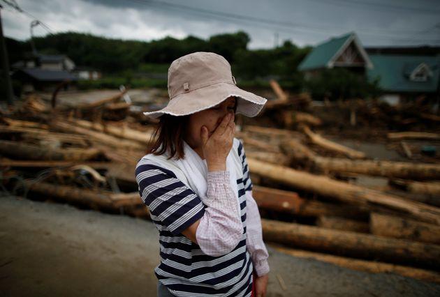 후쿠오카 현 아사쿠라 시의 한 딸기 농장 농부가 엉망이 된 밭을 보고 있다. 7월