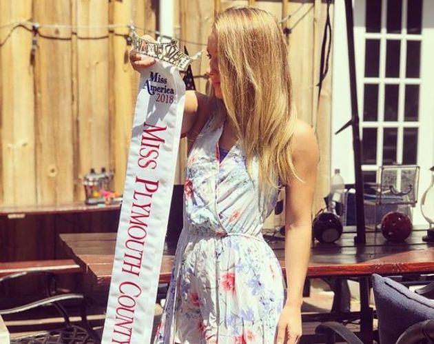 ΗΠΑ: Νικήτρια σε καλλιστεία παρέδωσε το στέμμα της διαμαρτυρόμενη για τις γυναίκες που έχουν υποστεί...