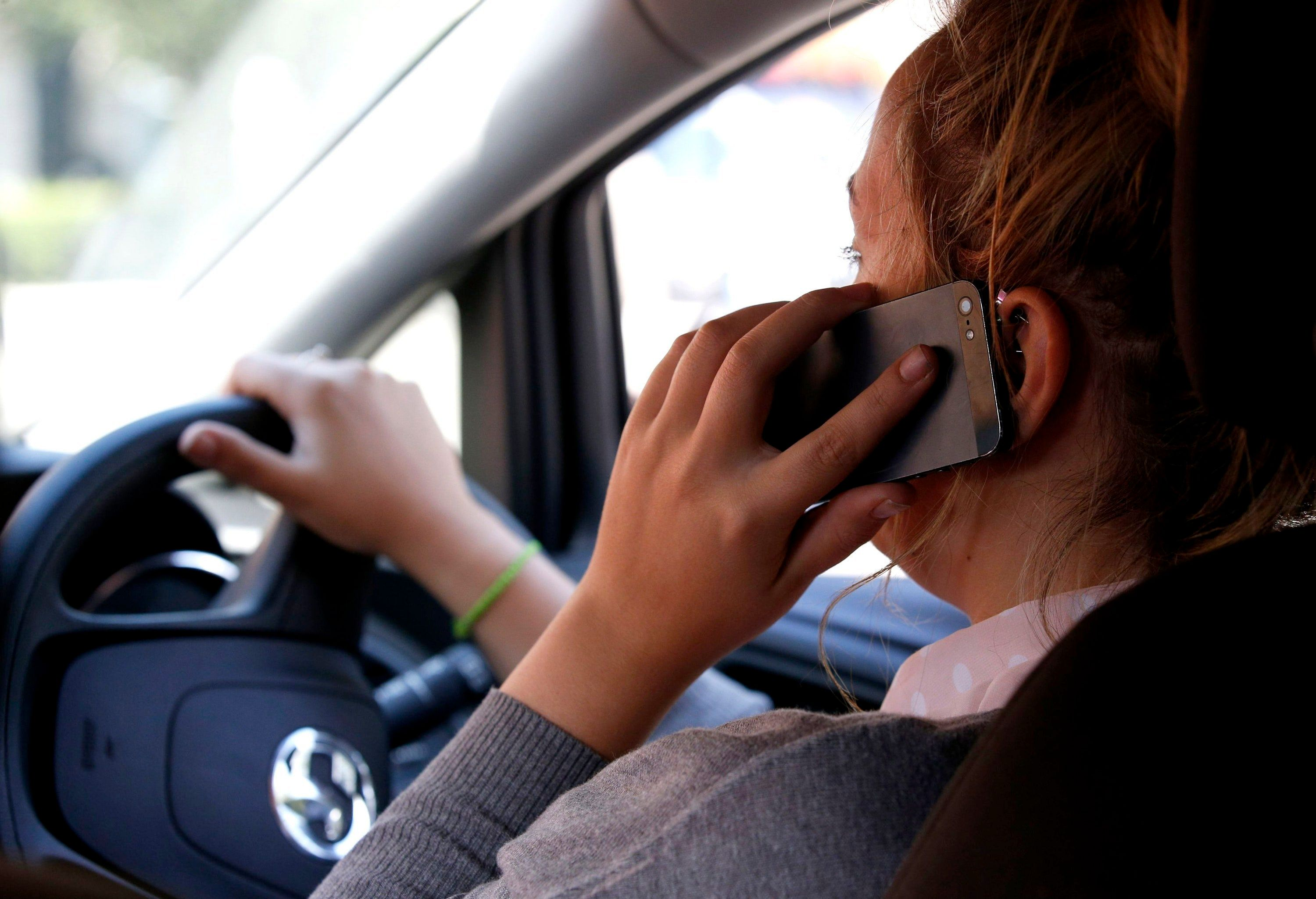 Road signs can detect when mobiles are used at the wheel