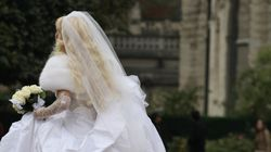 Braut rastet bei Hochzeit aus – dann muss ihr Ehemann die Polizei