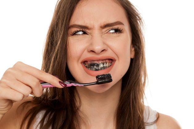 Le dentifrice au charbon actif,