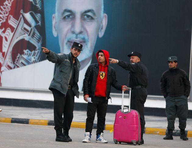 Des migrants afghans arrivent à Kaboul après le rejet de leurs demandes d'asile en Allemagne...