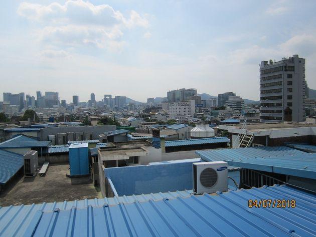통일상가는 원래 30여 채의 건물을 하나로 이어 만들어, 옥상만 보면 여러 건물로
