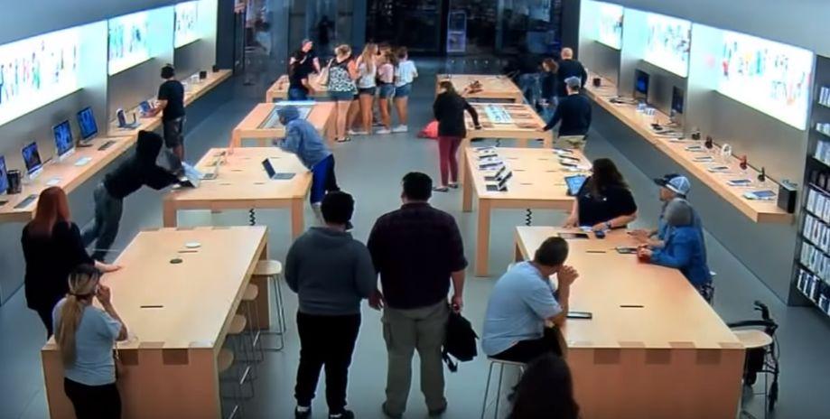 애플스토어에 들이닥친 도둑들이 30초 만에 3천만원어치 제품을