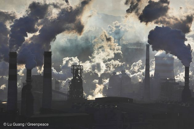 한 철강 공장에서 오염 물질이 뿜어져 나오고 있다