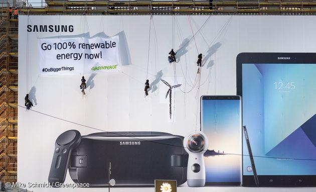 그린피스 활동가들이 삼성에 100% 재생가능에너지로의 전환을 요구하는 퍼포먼스를 펼치고