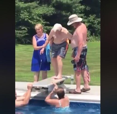 이웃집 아이가 물을 무서워하자 한 할아버지가 보인
