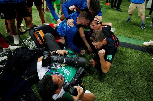 Fotograph Yuri Cortez liegt am Boden unter jubelnden Kroaten – und knipst drauf los.
