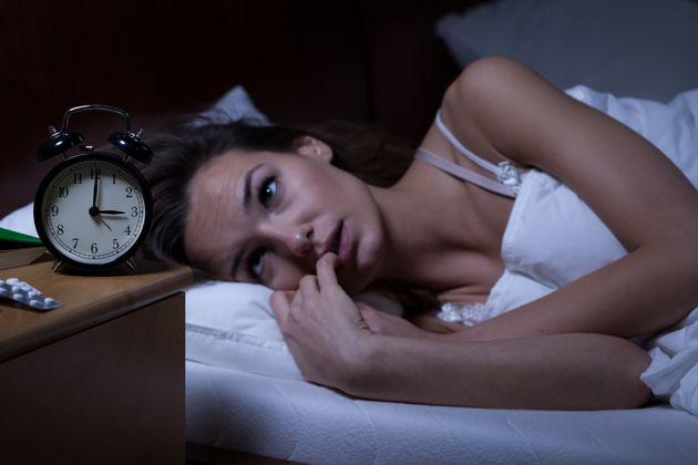 Ξυπνάτε κατά τη διάρκεια της νύχτας; Αυτές είναι οι πέντε επιστημονικές συμβουλές που θα σας κάνουν να