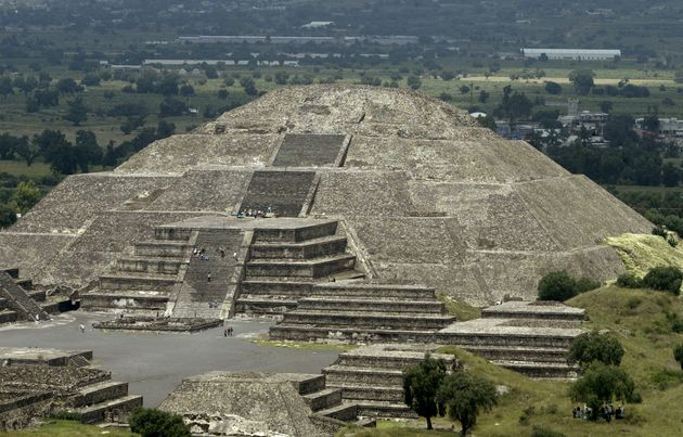 지난해 지진으로 파괴된 멕시코 테오판솔코 피라미드 보수 공사를 하던 전문가들이 이 피라미드 안에 묻혀 있던 작은 신전을 발견했다. 사진은멕시코 테오티우아칸에 있는 '달의...