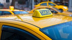 Τούρκος οδηγός ταξί κυριολεκτικά πέταξε στη μέση του δρόμου μια γυναίκα. Τώρα καταδικάστηκε σε ένα χρόνο