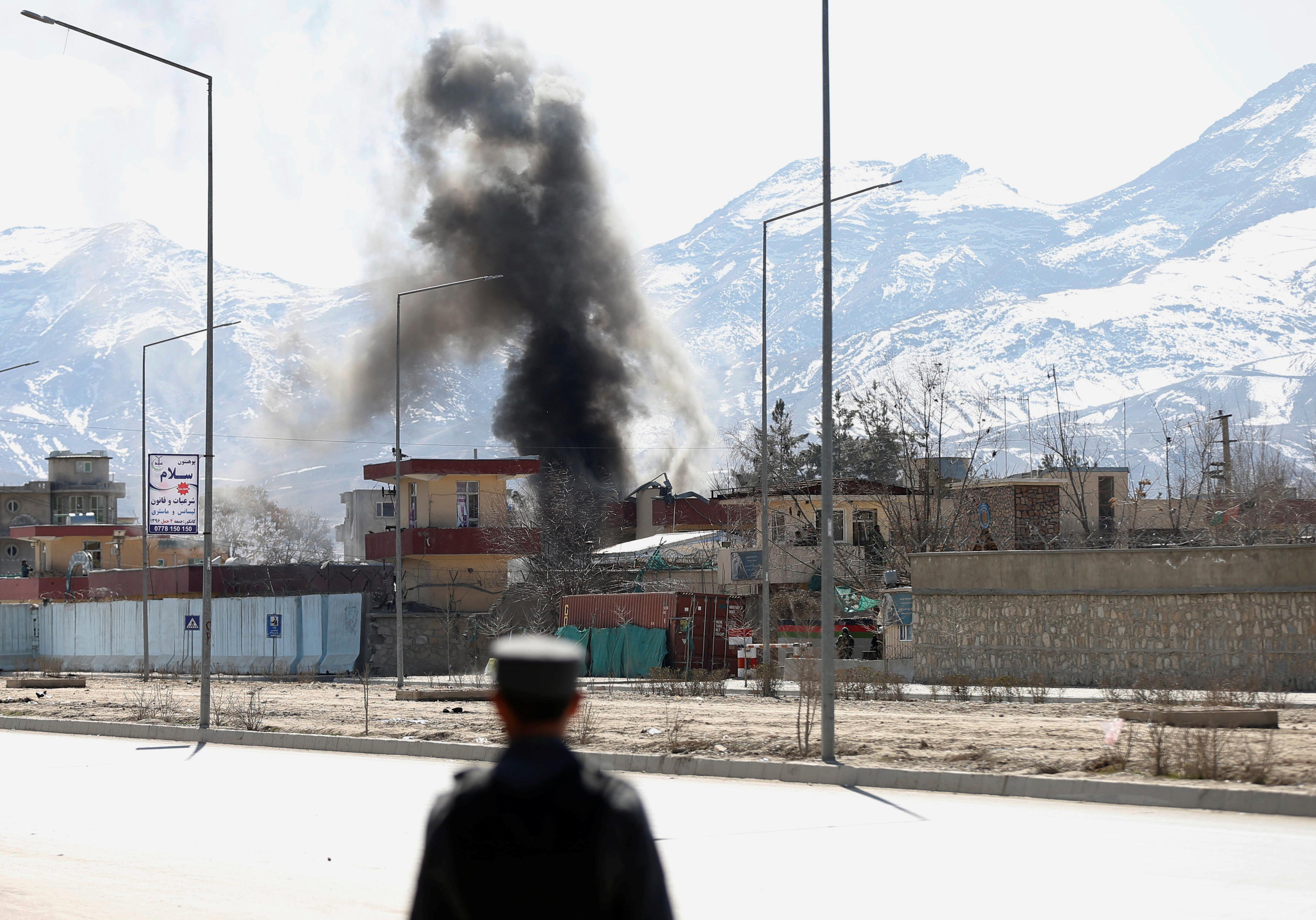 Επίθεση Ταλιμπάν σε στρατιωτική βάση στο Αφγανιστάν. Δεκάδες