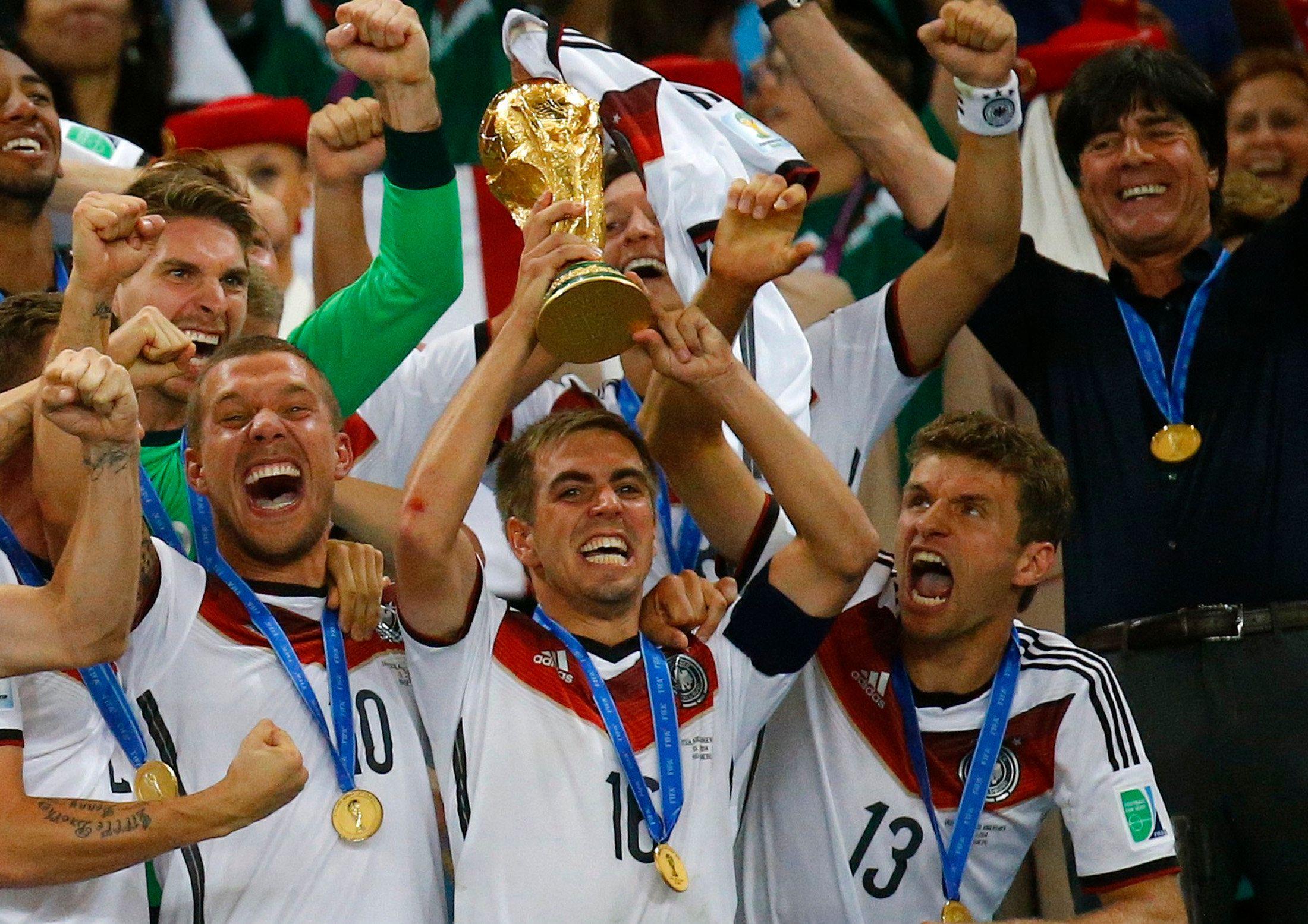 Ein deutscher Spieler wird den Pokal beim WM-Finale in den Händen halten.