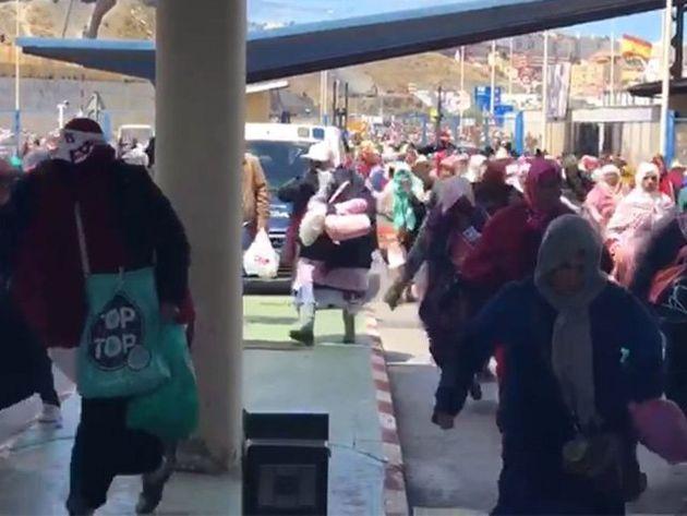 Des centaines de porteurs forcent le passage de la frontière entre le Maroc et