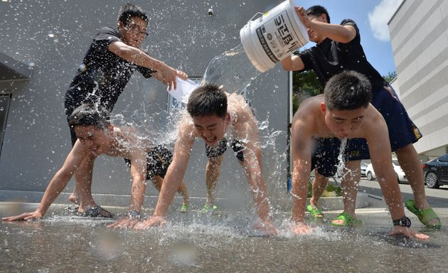 전국 대부분의 지역에 폭염주의보가 발효된 12일 오후 경북 포항해양경찰서 소속 의경대원들이 점심 휴식시간을 이용해 등목을 하고