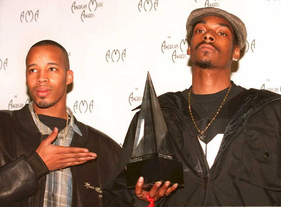 Warren G acknowledges Snoop Dogg's statue at the 22nd Annual American Music Awards on Jan. 30, 1995, in Los Angeles.