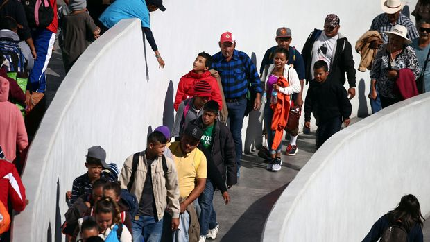 Members of a caravan of migrants from Central America, enter the United States border and customs facility, where they are expected to apply for asylum, in Tijuana, Mexico May 4, 2018. REUTERS/Edgard Garrido