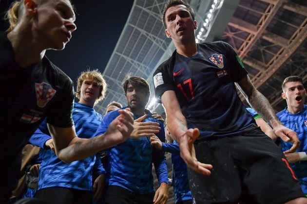 크로아티아-잉글랜드 경기 중 작은 사고가 일어났고, 굉장한 사진이