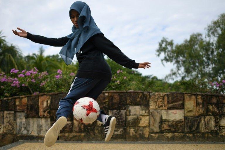 En Malaisie, elle fait du foot freestyle avec un voile