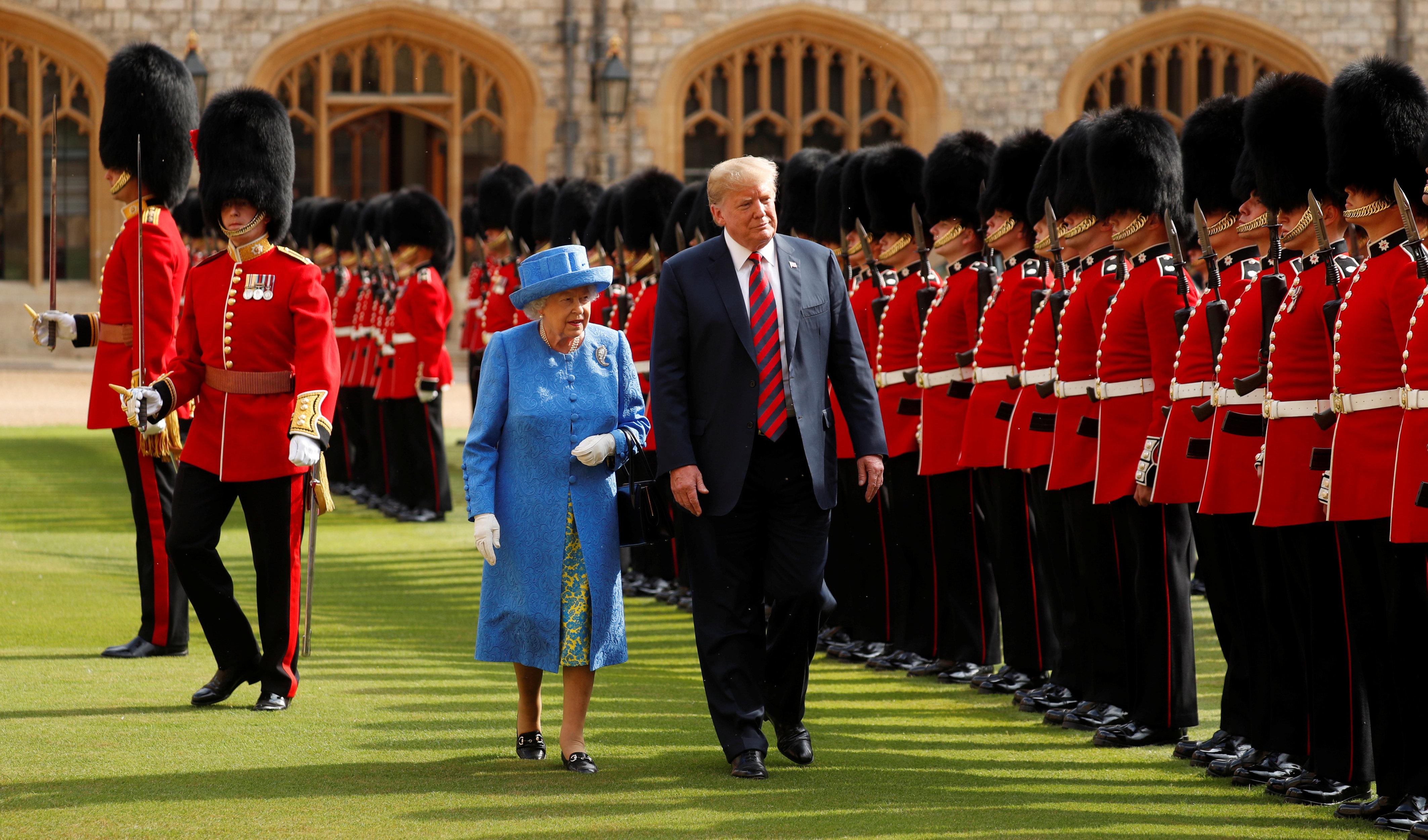 Queen zeigt Trump royales Wachpersonal – dann wird es peinlich für den US-Präsidenten