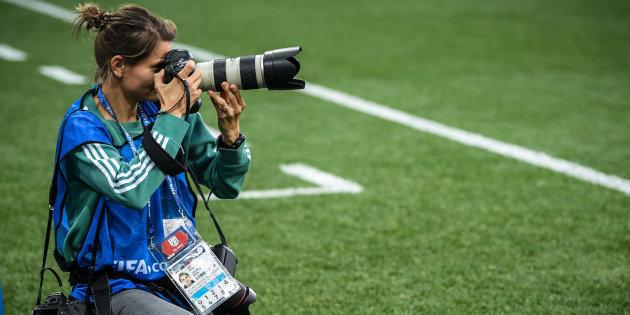 Entourée d'hommes, l'une des rares photographes du mondial revient sur son expérience en tant que