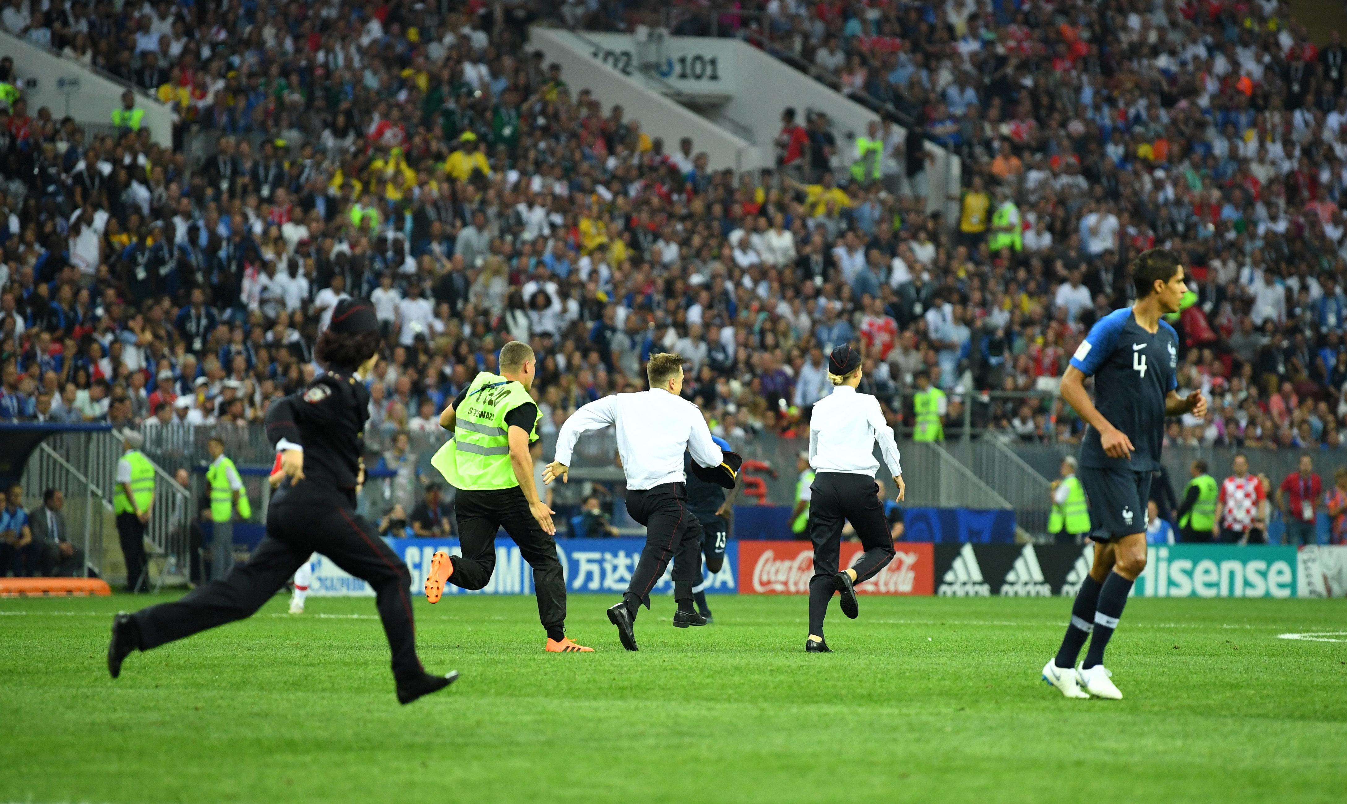 Zwei Wochen Haft für WM-Flitzerinnen - Fussball