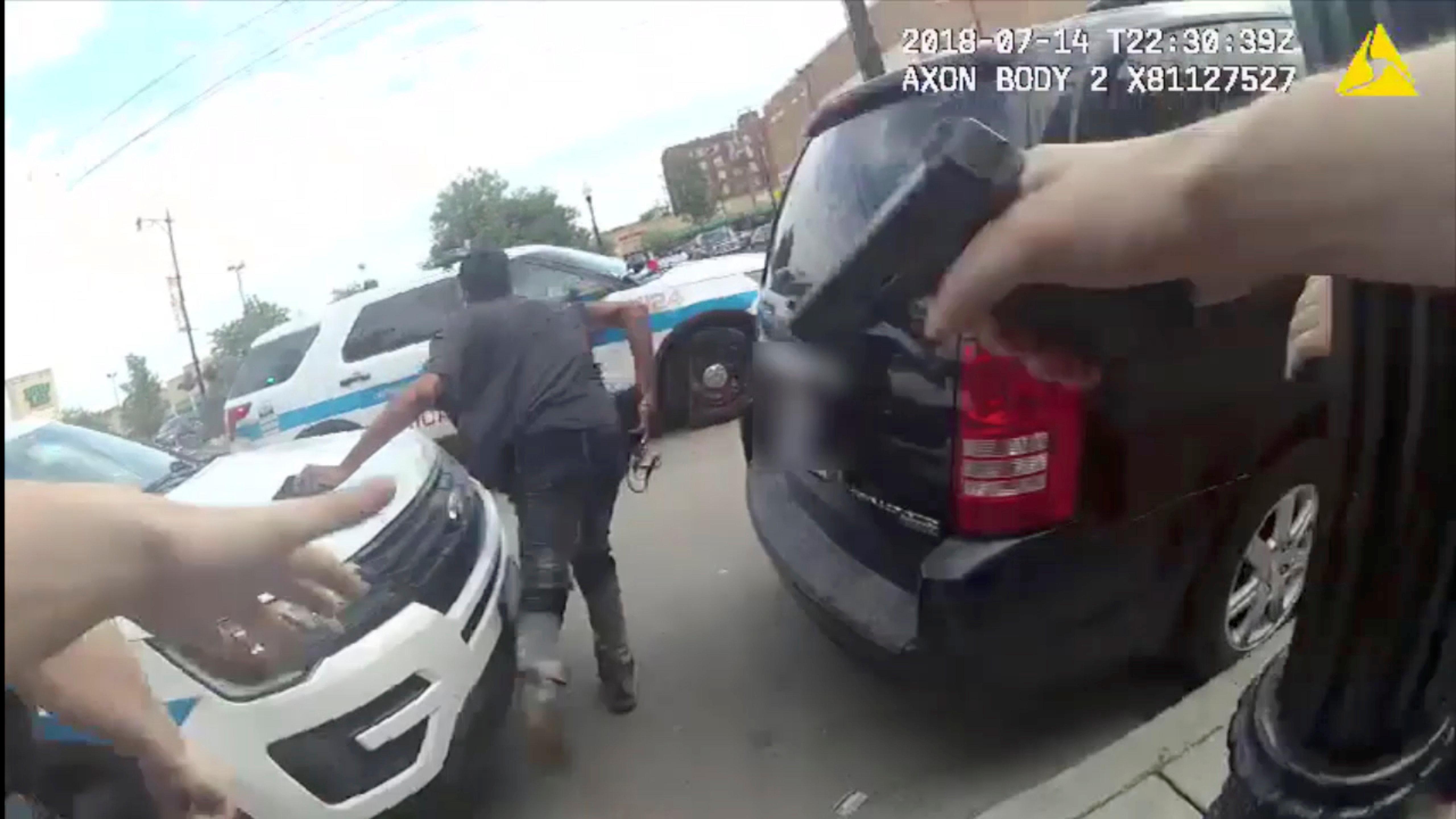 미국 시카고 경찰이 '흑인 총격' 바디캠 영상을