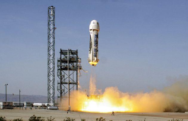 우주여행용 캡슐을 싣고 하늘로 날아오르는 블루 오리진의 뉴 셰퍼드 로켓. 블루 오리진