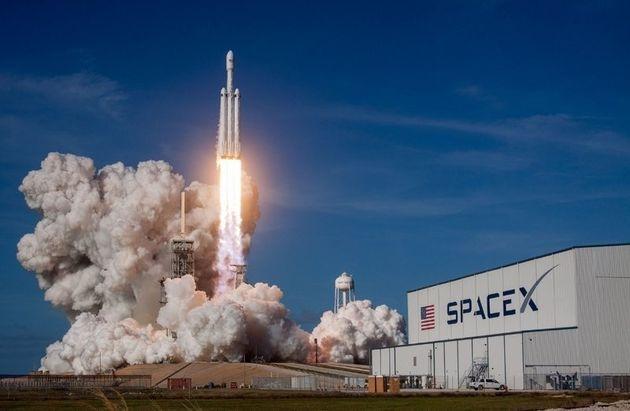 스페이스엑스는 달궤도 여행에 쓸 현존 최강 로켓 '팰컨헤비'를 쏘아 올리는 데 성공했다. 스페이스엑스