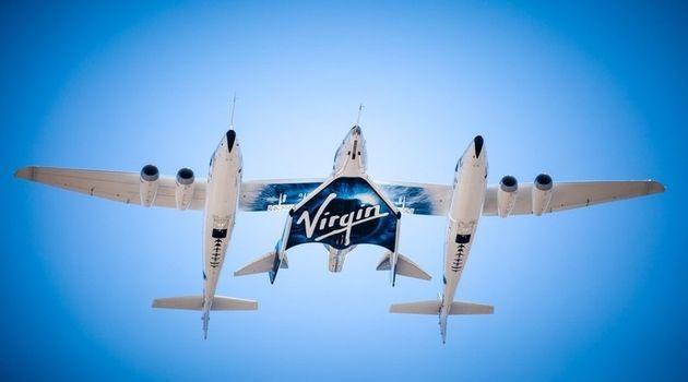 버진 갤럭틱의 준궤도 여행용 모선 비행기에 실려 날아오르는 우주선(가운데). 버진 갤럭틱