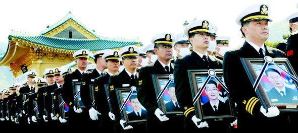 천안함 침몰과 함께 희생된 해군 장병 46명의 넋이 2010년 4월29일 영면했다. 이들과 한 배를 탔던 최원일 함장(맨 오른쪽) 등 생존 장병들이 이날 오후 대전 유성구 갑동 국립대전현충원에서...