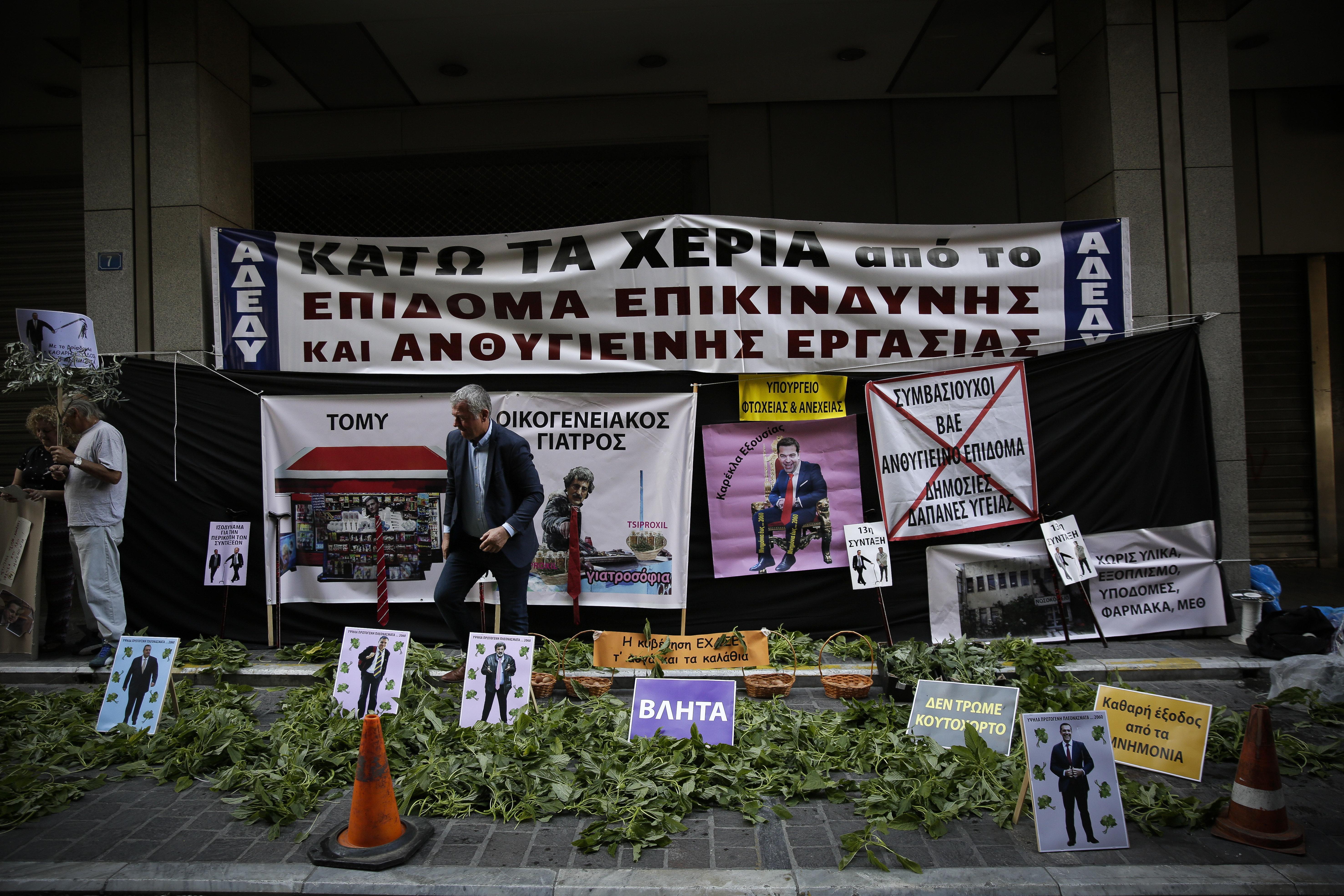 Ένταση έξω από το Υπουργείο Οικονομικών μεταξύ αστυνομίας και συγκεντρωμένων της