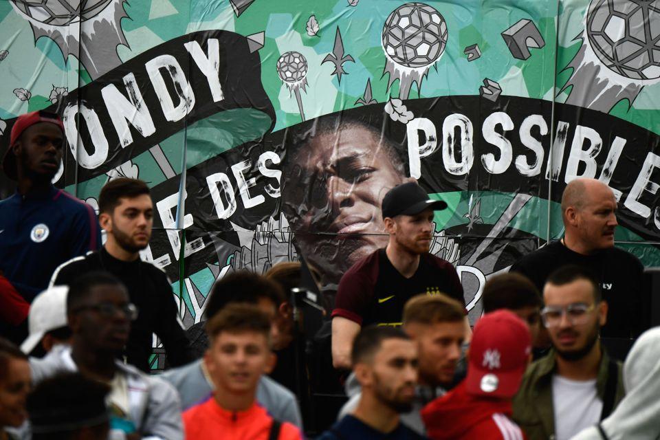 2017년 9월, 나이키 주최로 봉디에서 열린 'Play Bondy Football Festival' 행사장에는 음바페의 얼굴이 담긴 대형 광고판이 걸렸다. 광고판에는 '봉디, 가능성의...