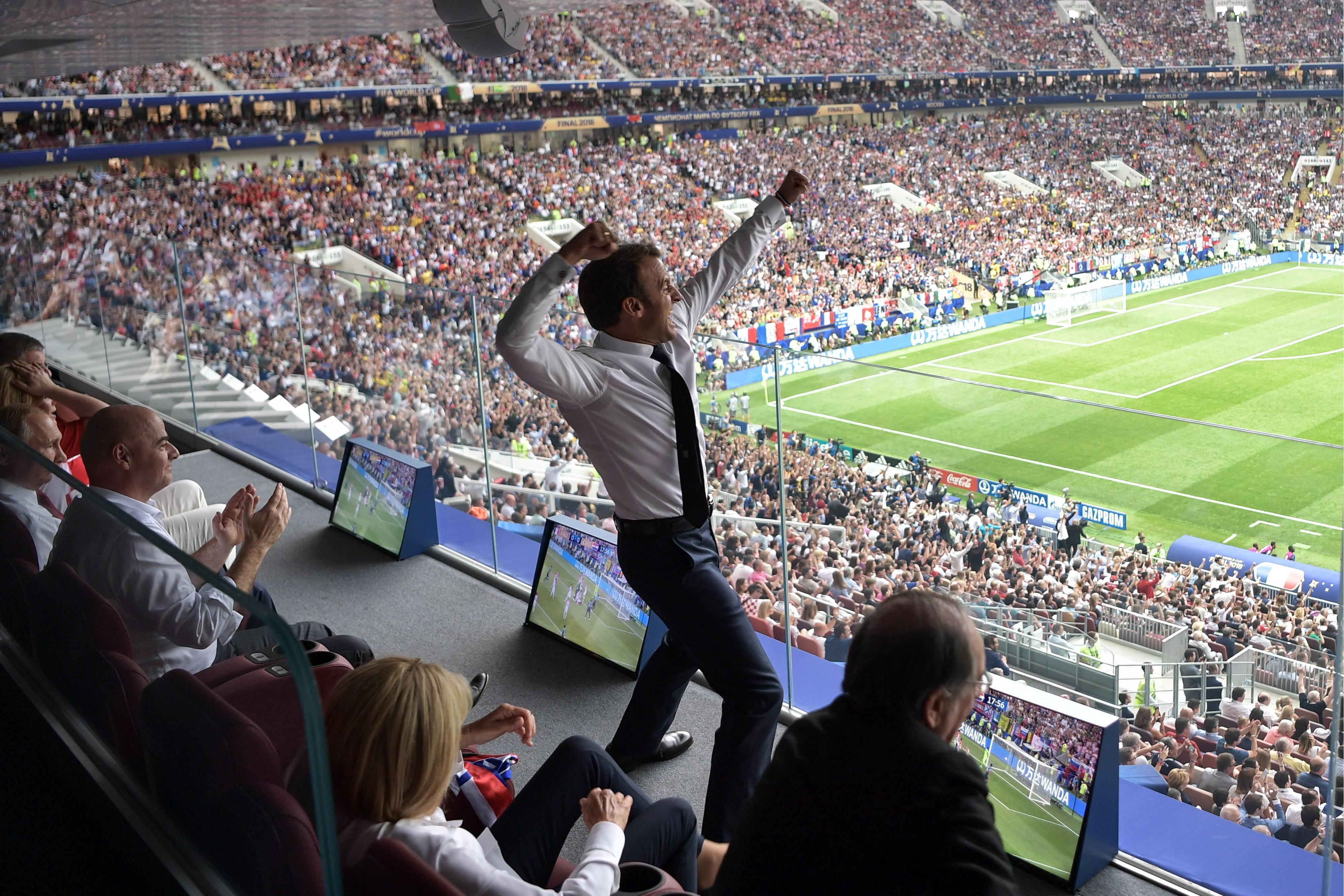 Cette photo de Macron célébrant le 1er but des Bleus est devenue
