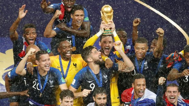 """Soccer Football - World Cup - Final - France v Croatia - Luzhniki Stadium, Moscow, Russia - July 15, 2018  France's Hugo Lloris lifts the trophy as they celebrate winning the World Cup  REUTERS/Christian Hartmann    TPX IMAGES OF THE DAY    SEARCH """"FIFA BEST"""" FOR ALL PICTURES."""