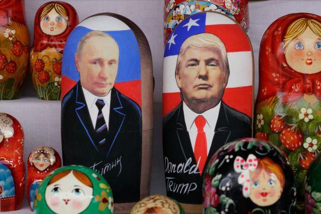 Des poupées russes montrant Vladimir Poutine et Donald Trump en vente à Moscou le 13 juillet...
