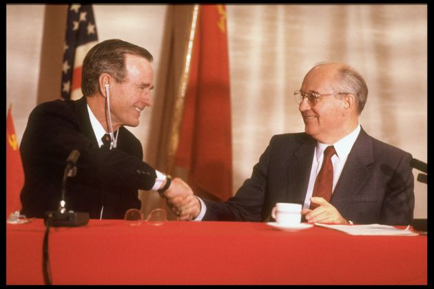 George Bush et Mikhaïl Gorbatchev se serrent la main après leur première conférence...