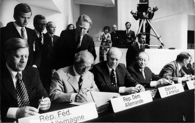 Signature des accords d'Helsinki le 1er août 1975 à Helsinki par 35 États,...