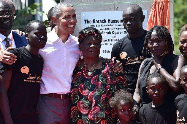 L'ex-président américain Barack Obama avec l'épouse de son grand-père Sarah...